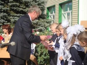 Ихсанов В.Ф.вручает подарки первоклассникам